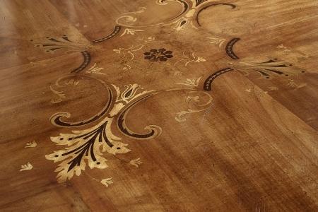 particolare tavolo intarsiato