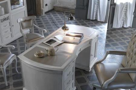 scrivania sagomata con piano in vera pelle