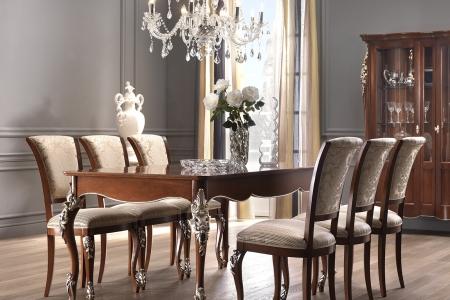 Tavolo alunghabile aperto con sedie