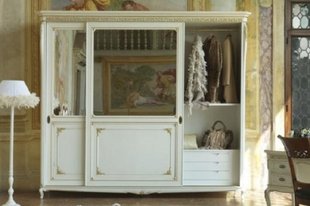 armadio classico bianco con particolari in foglia oro