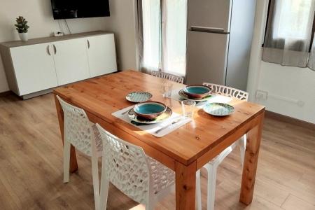tavolo moderno in legno naturale