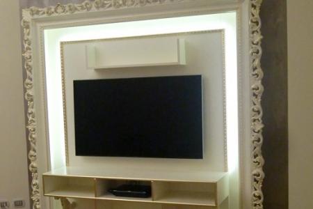 porta tv con cornice intagliata