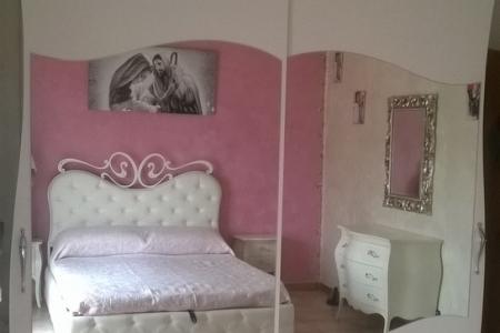 armadio scorrevole con ante in legno e specchio