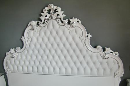 testata letto bianca con detagli in foglia argento
